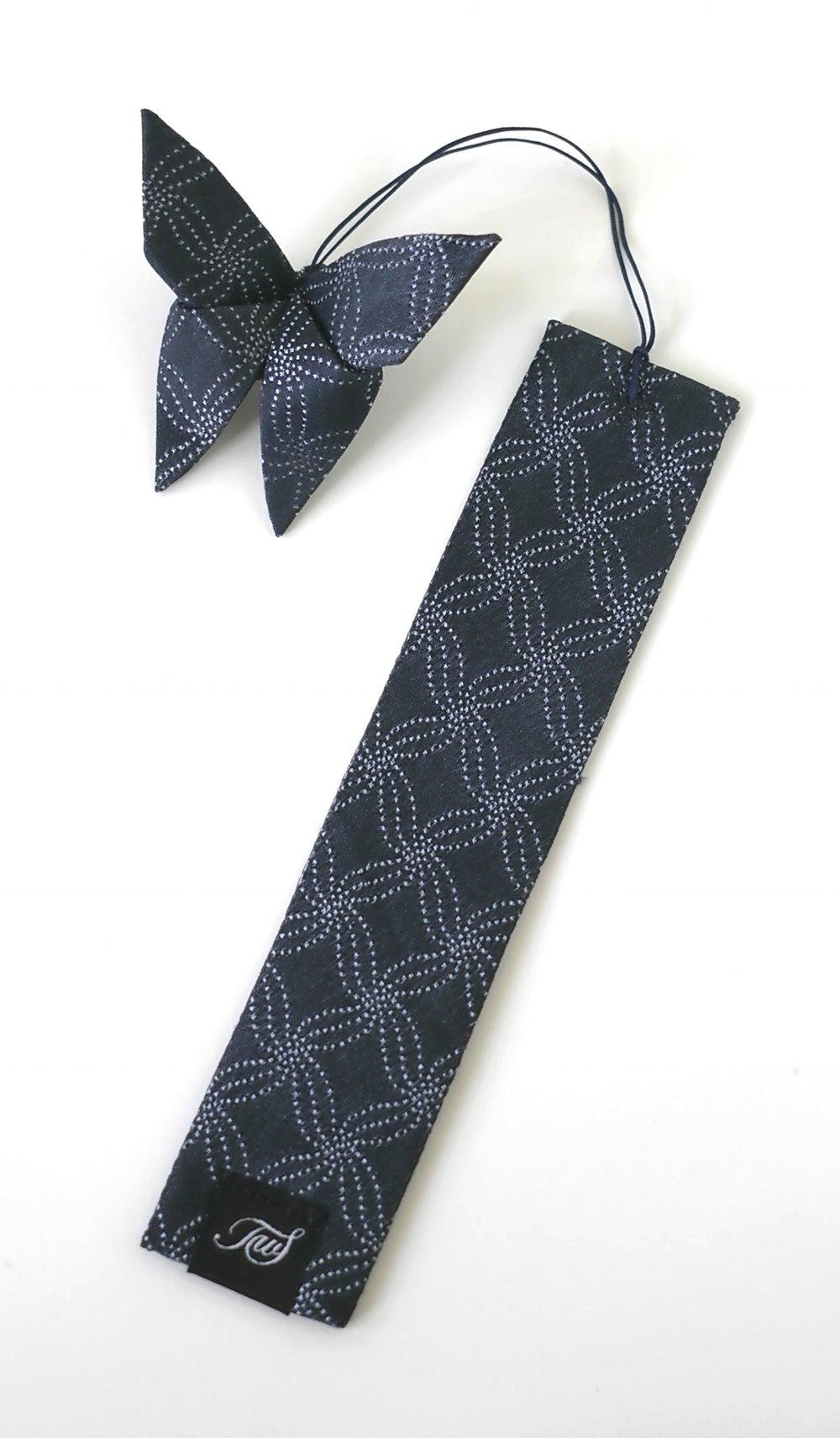 Un marque-page en soie avec son papillon