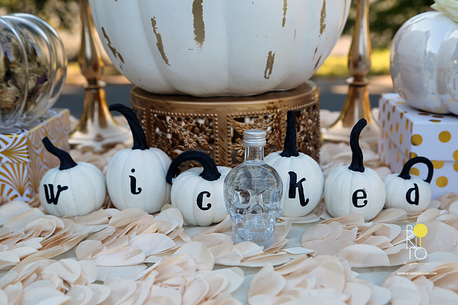 The White Pumpkins, Skull, Feathered Chairs and gold precious decor. The beautiful scenery and yummy flowered/glittered bottom cake pops. I mean it was all too  bonito !