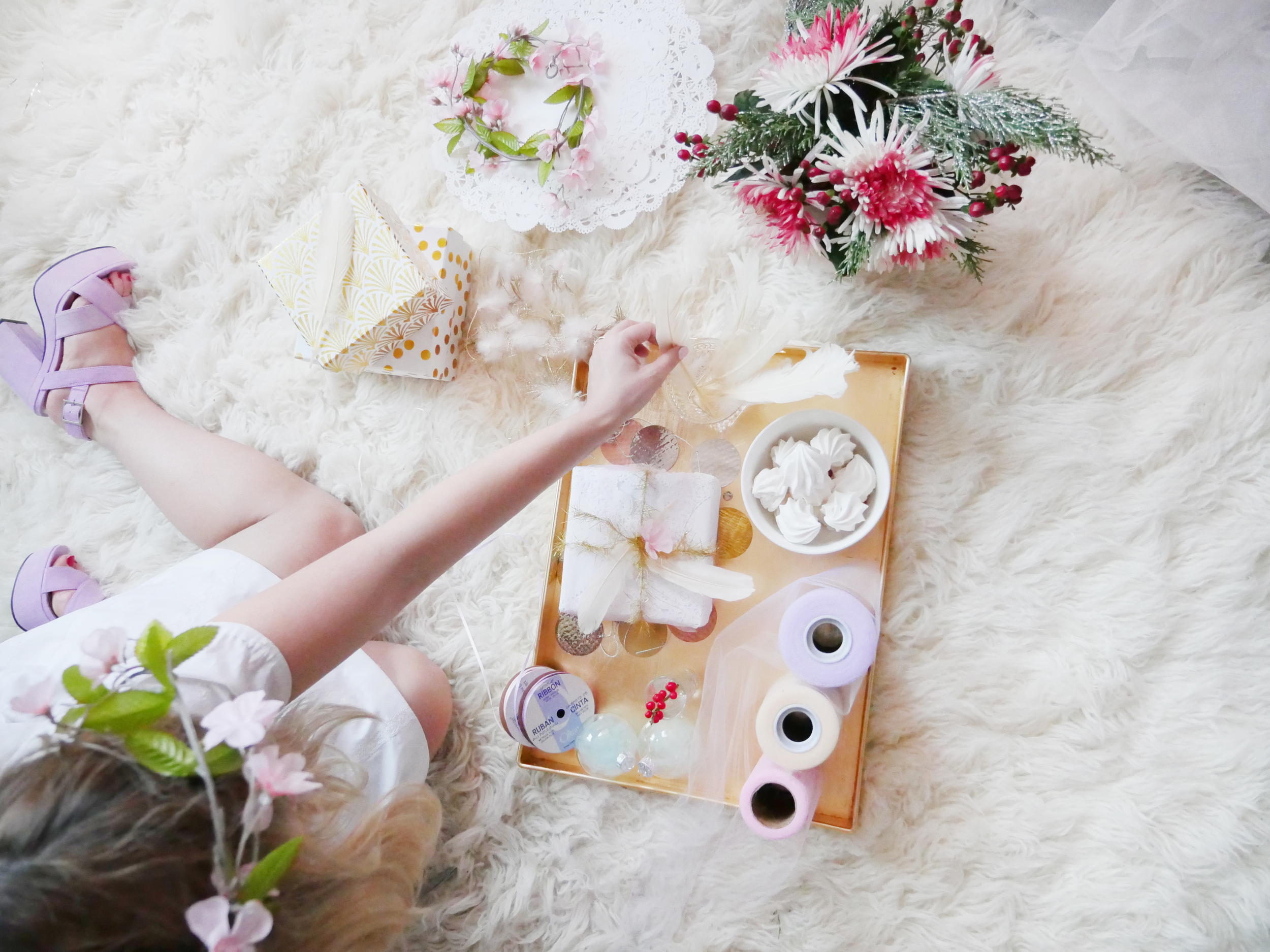 White, Gold and Pastel Colors for this Holiday Gifts! Wrapping away with Feathers, Gold and White Boxes, Tulle, Doilies and Flowers.
