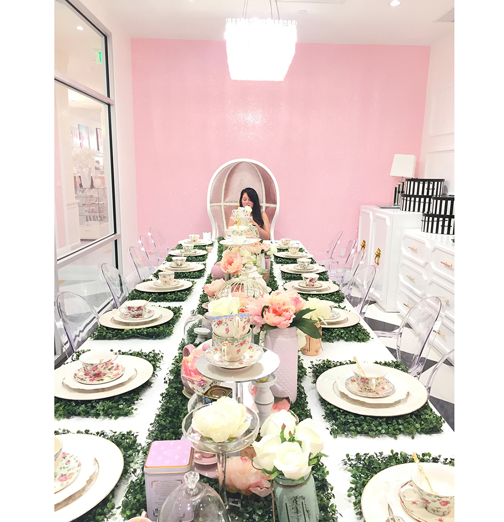 Fell in love with Adrienne Bosh's Boutique,  Sparkle and Shine Darling . If you followed me on Snap Chat//Bonito Design, you witness all the beautiful things in her shop. Today, I am sharing a few pics of the beautiful Party Room!
