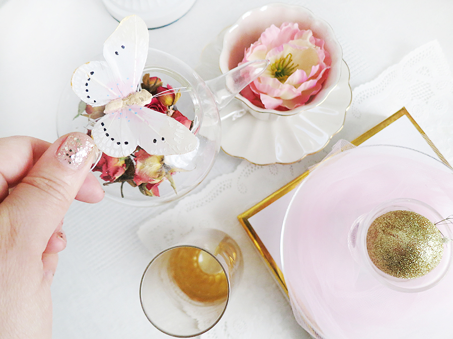Golden Glittered Easter Egg is all I have to say! Here is another lovely chic decor for Easter that I styled with much love. Enjoy!