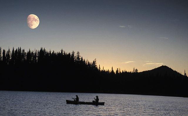 Explore with us: http://bit.ly/paddle-wt (link in bio)⁣ ⁣ Experience canoeing by the light of the moon, or beneath a sky full of stars! #moonlight #canoeing #inBend #cascadelakes