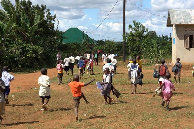 ~ HAPPY & PROUD ~ Seeing these children run happily to the place where their new school in Katwadde, Uganda, will be make me more than warm. It should be every child's right to have that possibility. To be a small stone in a big important project make me so proud. Thank you @helpathand.se for creating future from dreams! ———————————————————————— #graphicsupport #donation #wecanalldosomething
