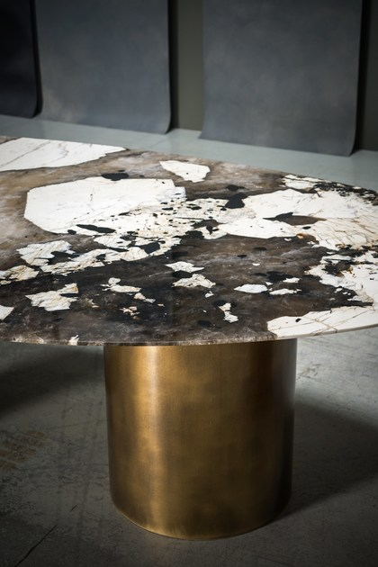 Lagos: Dining table special edition made with top in patagonian granite. Design by Baxter Italia.