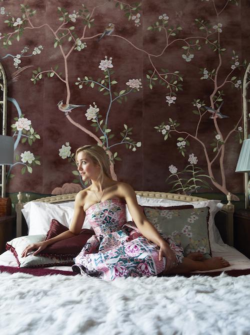 4-Hannah-Cecil-Gurney-Portrait-de-Gournay-Badminton-Rose-Antiquing-2-Photography-Simon-Upton-copy.jpg