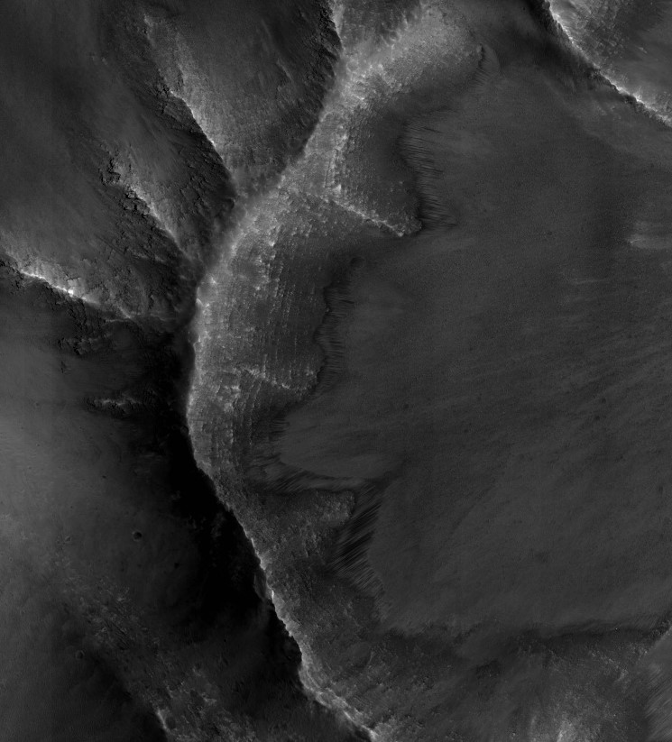 Recurring Slope Lineae (RSL) in the Southern Latitude summer season. Image credit: HiRISE-ASU.