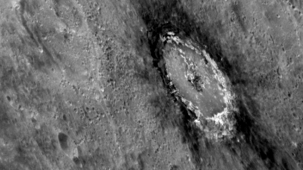 Carbon-encrusted impact crater taken from MESSENGER. Image credit: NASA/JHU Applied Physics Laboratory/Carnegie Institution of Washington