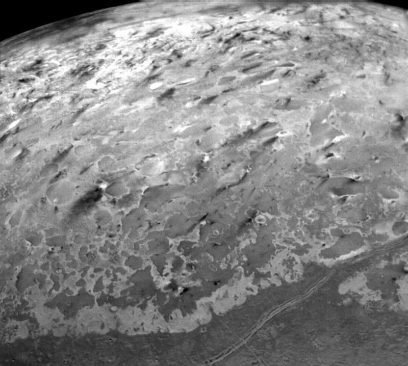 Active dark nitrogen-rich geysers in the south polar region of Triton, as imaged by Voyager 2. Image credit: NASA/JPL