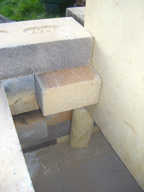 Aquí veis el interior de la chimenea. La placa que separa la chimenea de la cámara de cocción está sobre una columna. Un ladrillo partido por la mitad podría haber servido también. El espacio que dejé para la chimenea y que se ve en esta foto es excesivamente ancho y basta con calcular que sea equivalente al hueco por donde pasa la llama...