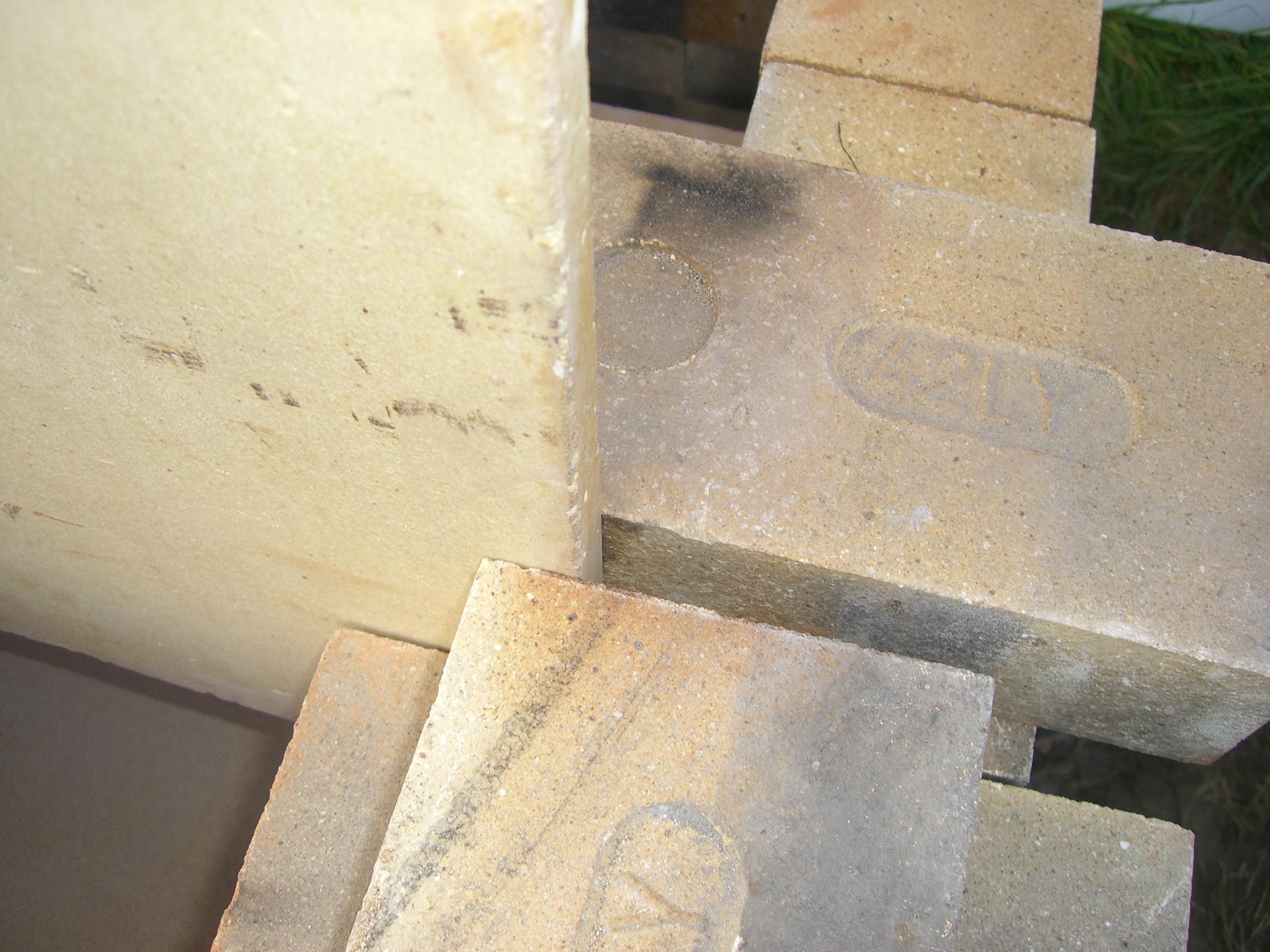 La placa se sostiene con los ladrillos de la pared.