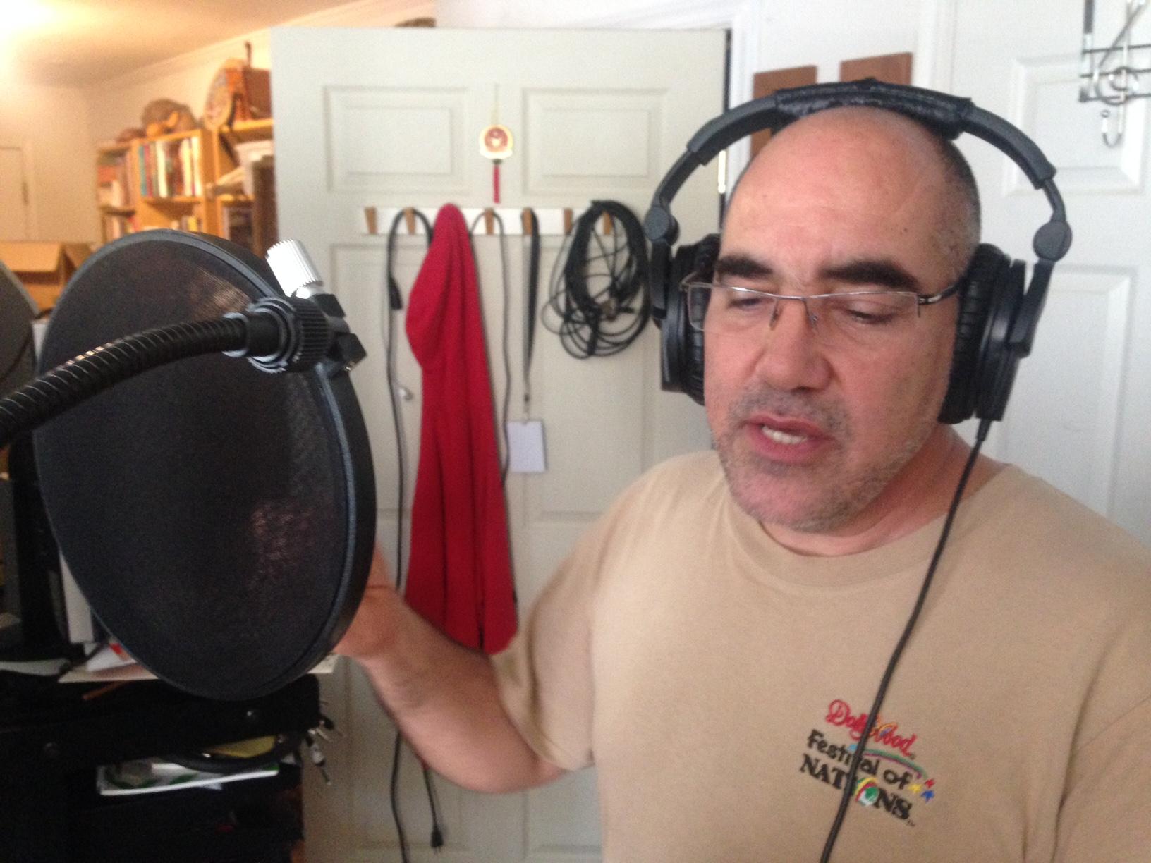 Carlos Caro canta.JPG