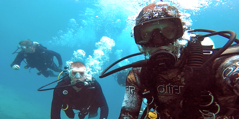 INSTRUCTOR DANIEL & NEW DIVERS TRYING SCUBA