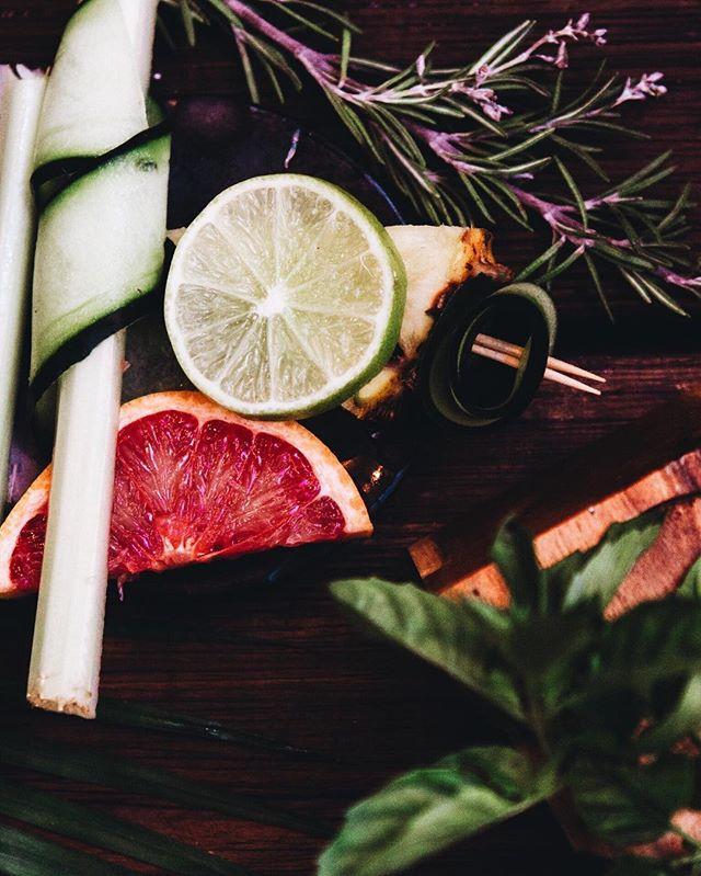 Palm trees and good drinks 🐒🍹 Happy Thrusday! #MurmurTulum . . . . . . #visualsoflife #feedyoursoul #visitmexico #livethecapture #livingtraveling #passionpassport #foodporn #theweekoninstagram #junglevibes #interiorheaven #letsgosomewhere #starttheadventure #onthetable #welltravelled #goandexplore #outdoorsfolk #tropicalvibes #architecture #cocktails #drinks #cocktailbar #food #vsco #rivieramaya #nightlife #nature #vosualgang #createtoexplore