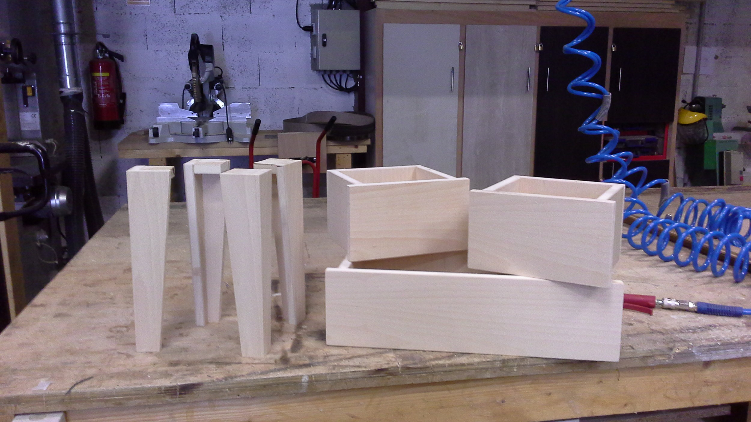 Détail des pieds et des tiroirs du meuble en latté Hêtre mon atelier partagé.jpg