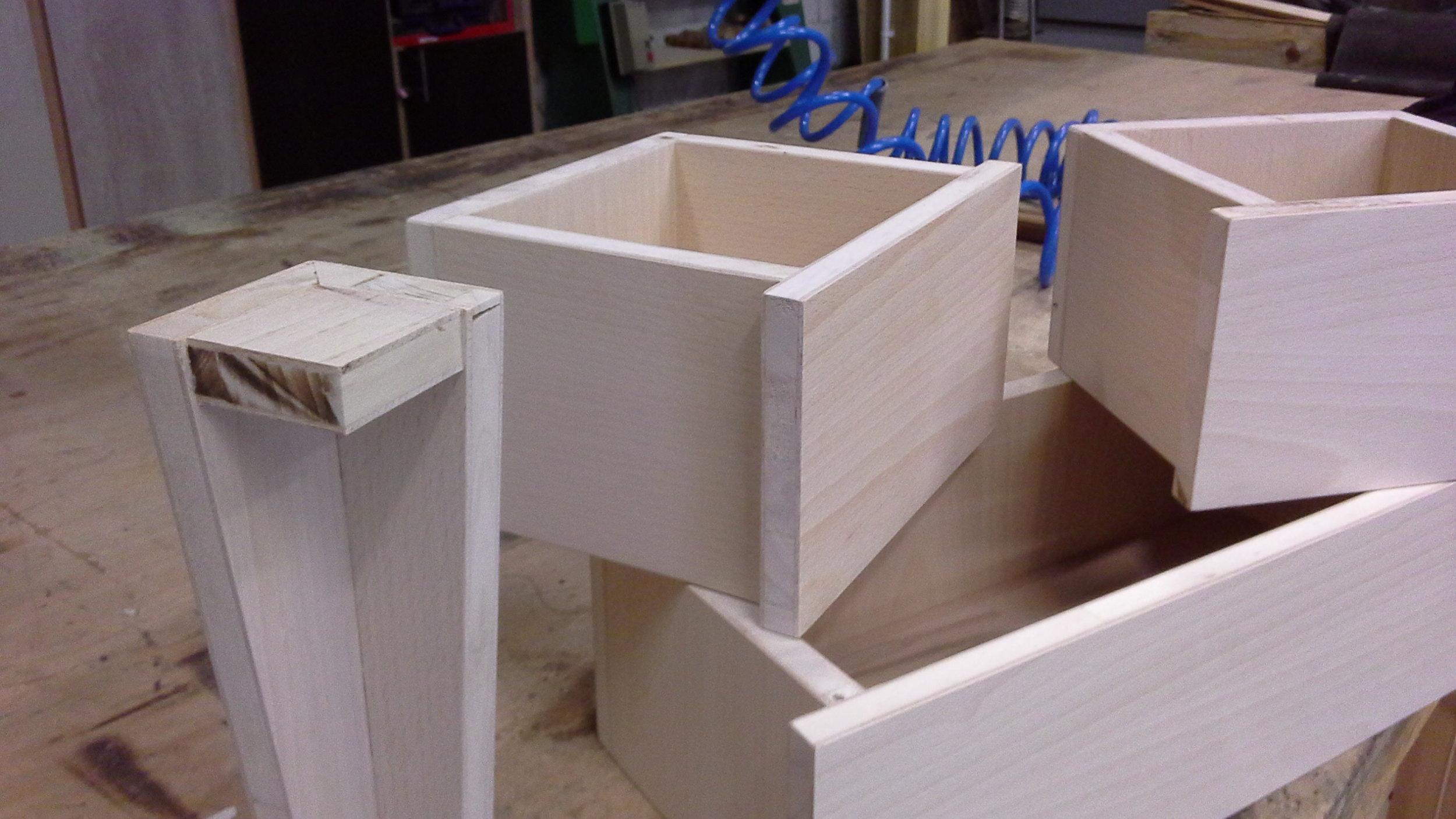 Détail des pieds et des tiroirs du meuble en latté Hêtre mon atelier partagé..jpg