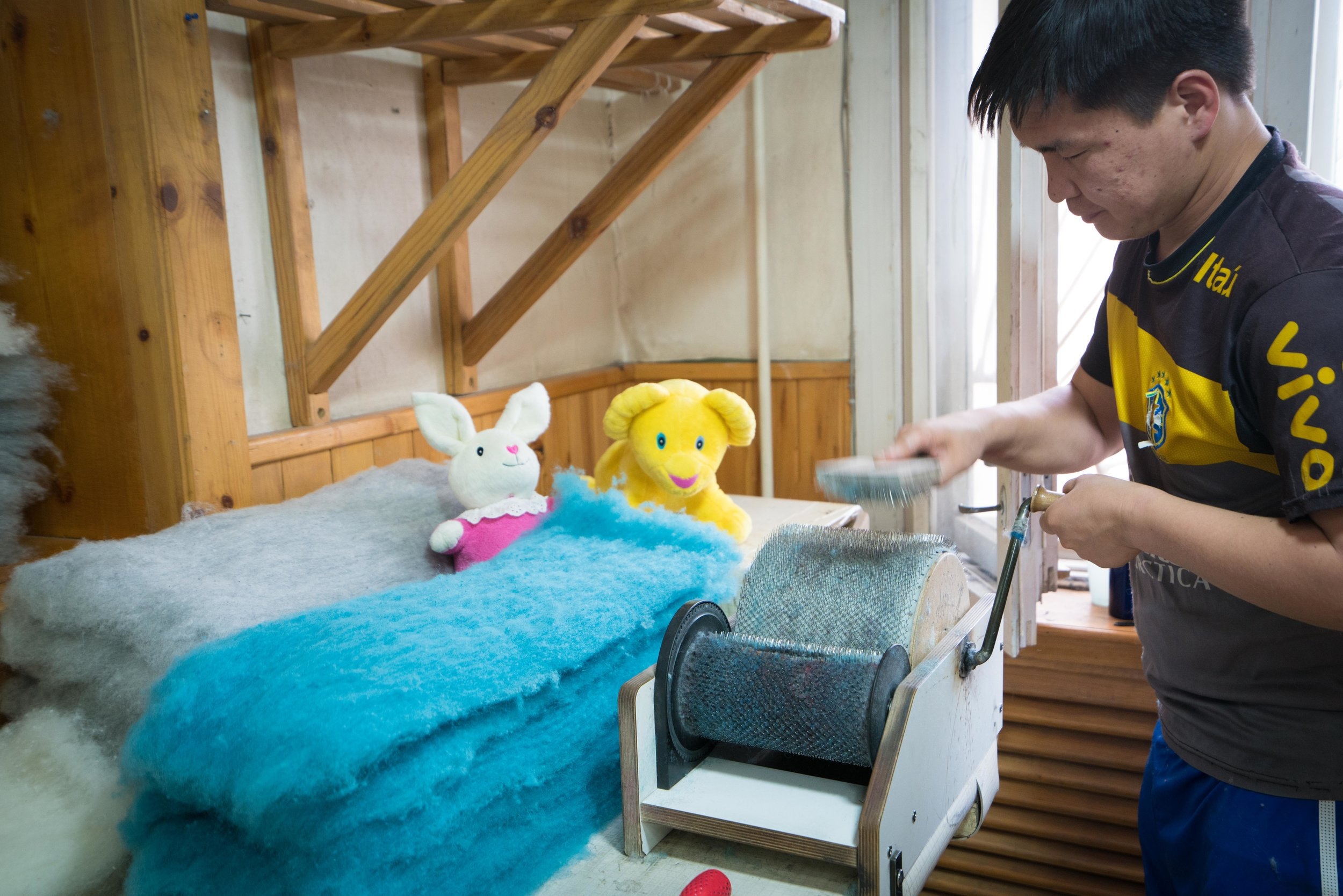Ull har isolerende og pustende egenskaper som holder barnefoten varm og tørr.