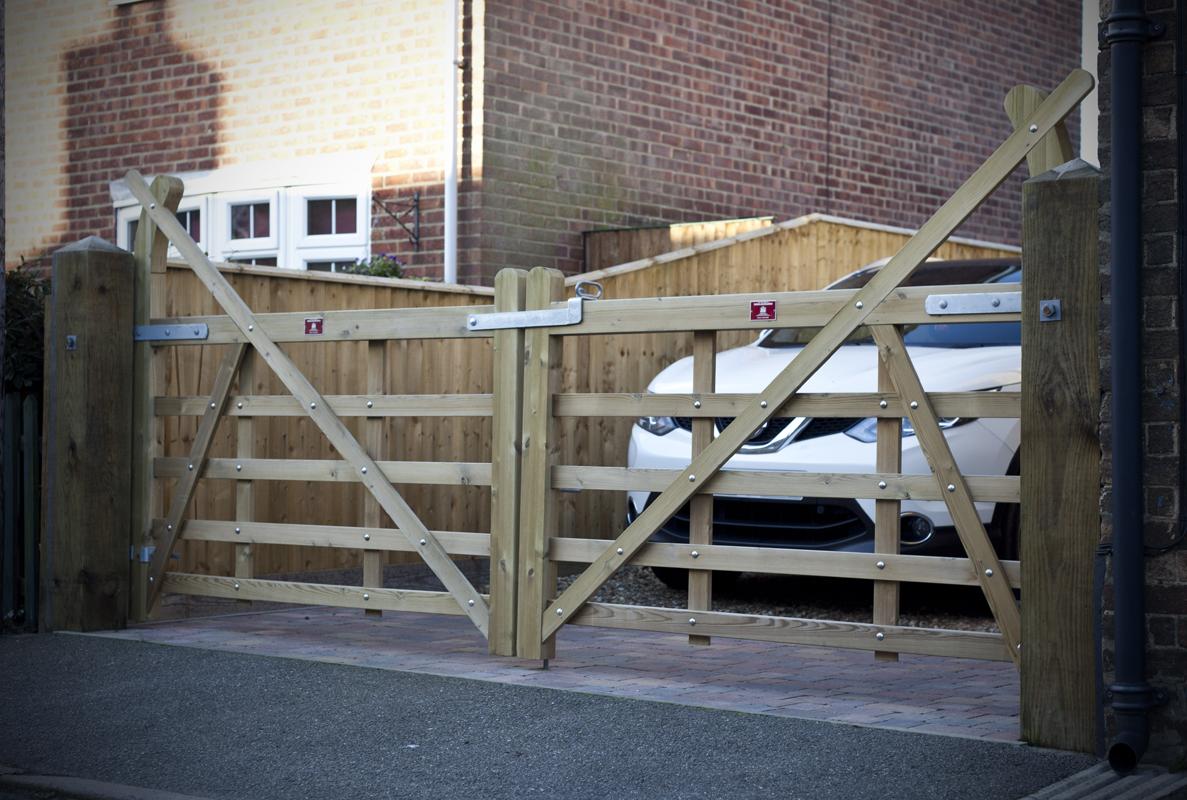 gates-and-fencing-around-a-West-Norfolk-farmhouse3.jpg