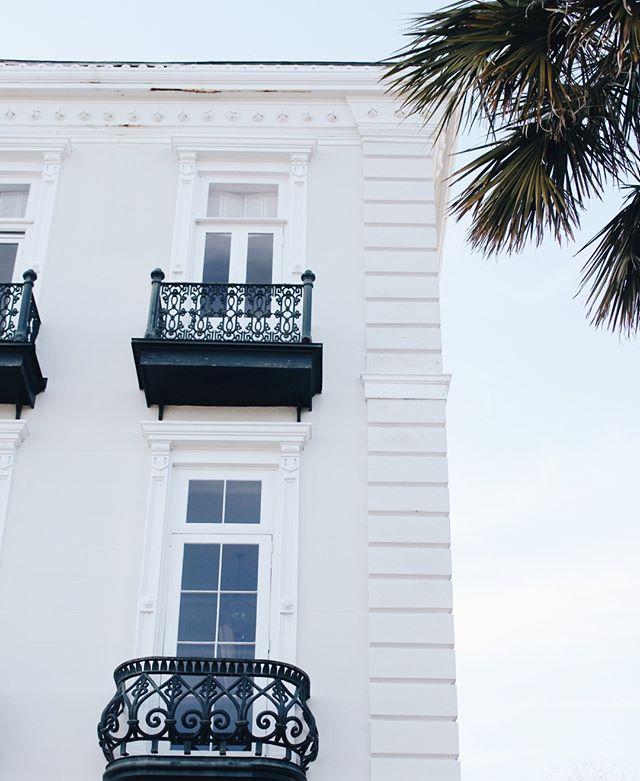 If only I could peek in these windows. I bet the inside of this house is absolutely unbelievable!  #abitofcharleston #charleston #explorecharleston #historiccharleston #chs #downtowncharleston #visitcharleston #discoversc #southofbroad #southbattery #customtravelguides #traveldeeper #charlestonarchitecture #travel #southernliving #slpicks #slhomes #cntraveler #travelandleisure #condenasttraveler #southcarolina