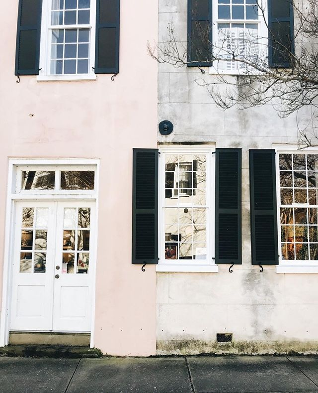 What would you choose??  Pink or Neutral?  I'm more of a neutral girl myself but also kind of love the combination of both right down the center of this historic home.  #abitofcharleston #charleston #explorecharleston #chs #chstoday #charlestoninspired #doorsofcharleston #exterior #southofbroad #cntraveler #goopgo #theeverygirl #traveloften #traveldeeper #slhomes #slpicks #pursuepretty #flashesofdelight #abmlifeisbeautiful #abmlifeiscolorful #charlestondaily #historiccharleston #colorblock #twotoned
