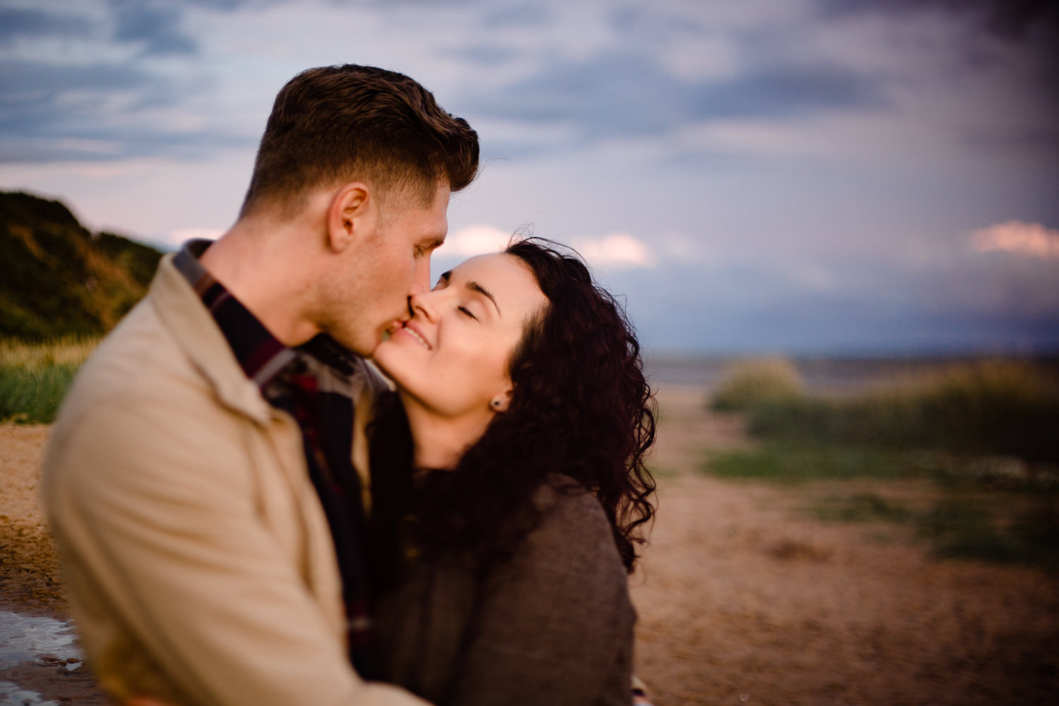 A couple kiss at sunset on a beach - Freelensing shot