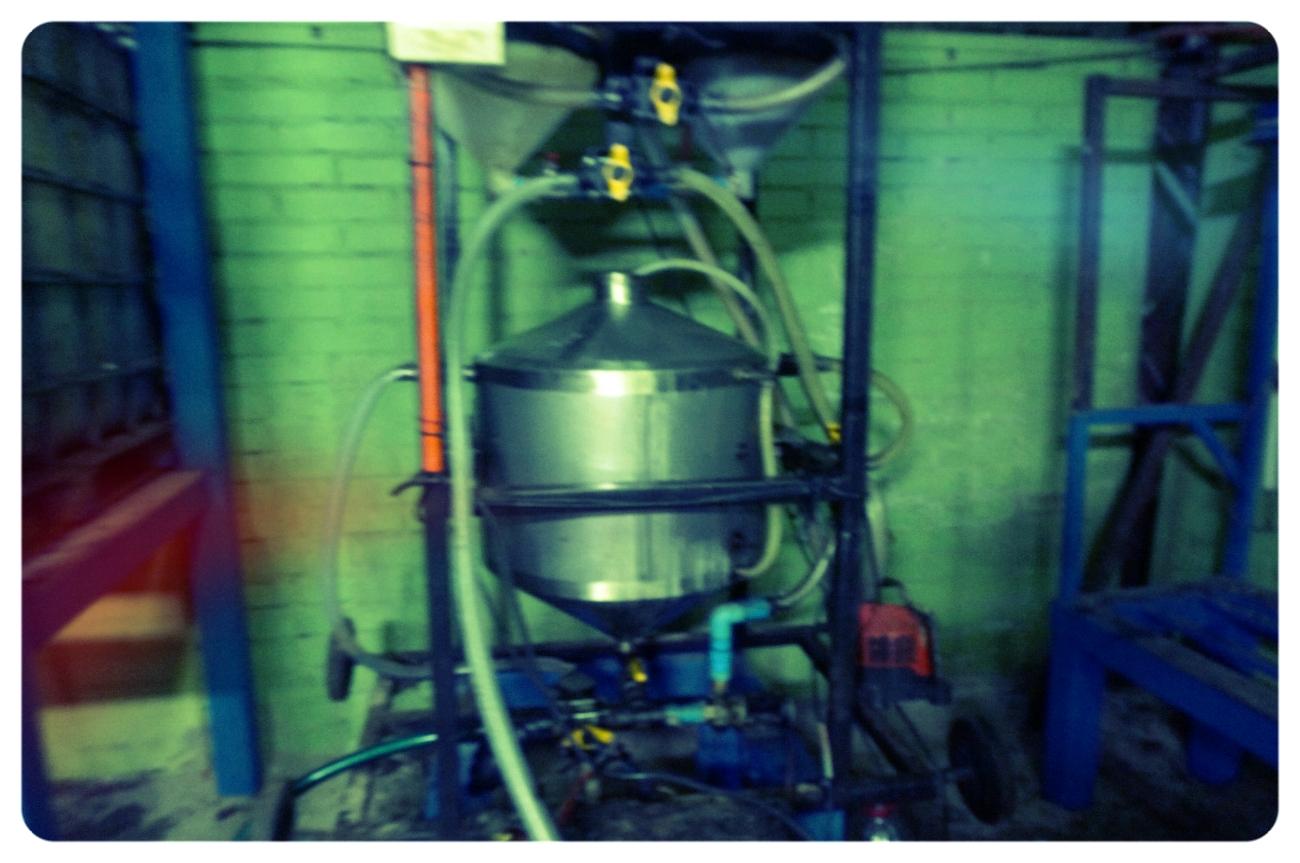 La máquina que procesa el biodiesel está hecha de residuos también—por ejemplo, se ve aquí un antiguo secadora de ropa que sirve para agregar el metanol y la soda caustica al aceite quemado.