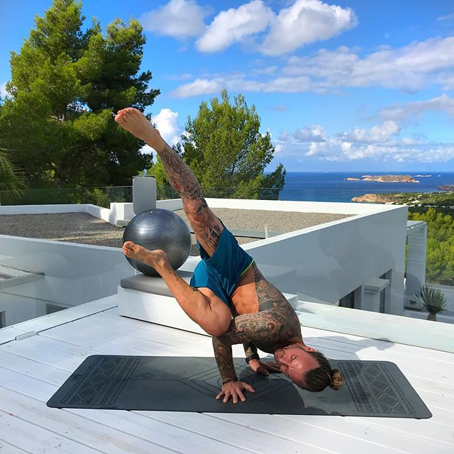 @our_retreat #ibiza Day One 🌴 Warming up for the guests arrival...🤸🏽♀️ I have a week of fun planned and this time I've added some extra ninja training surprises involving the pool Jedi assault course and some wild adventures... stay tuned for the action 🧗♀️ Wish the whole #templetribe could be here 💜