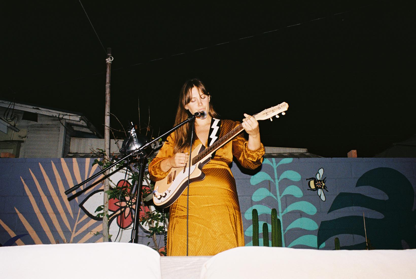 Mimi performing