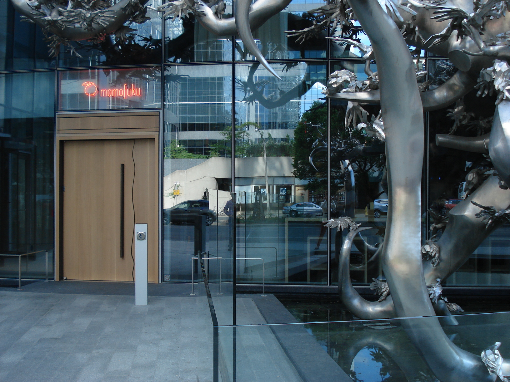 Picture of accessible entrance of Momofuku