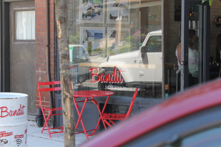 Picture of red table and chairs outside Bandit Coffee