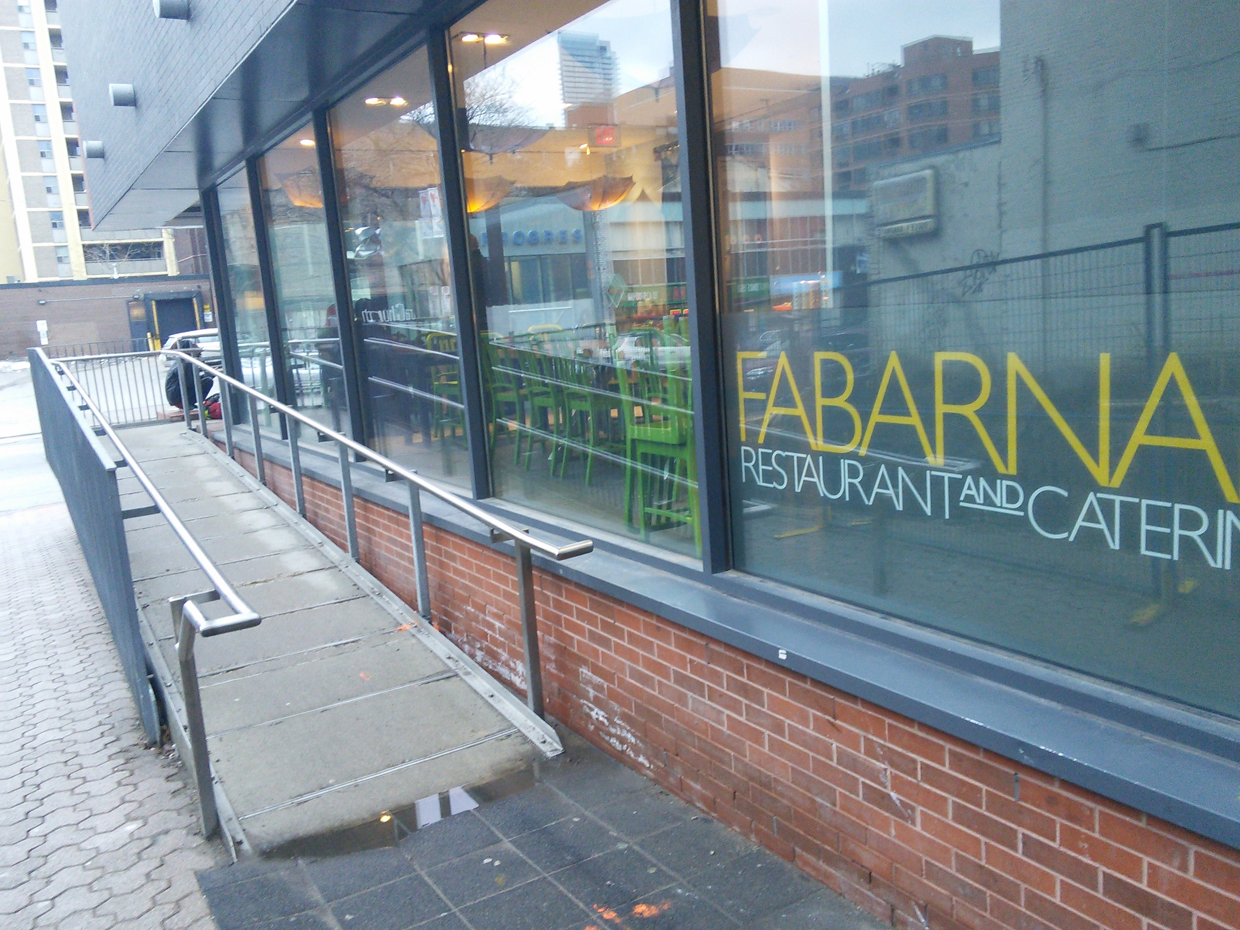 Picture of accessible entrance of Fabarnak.