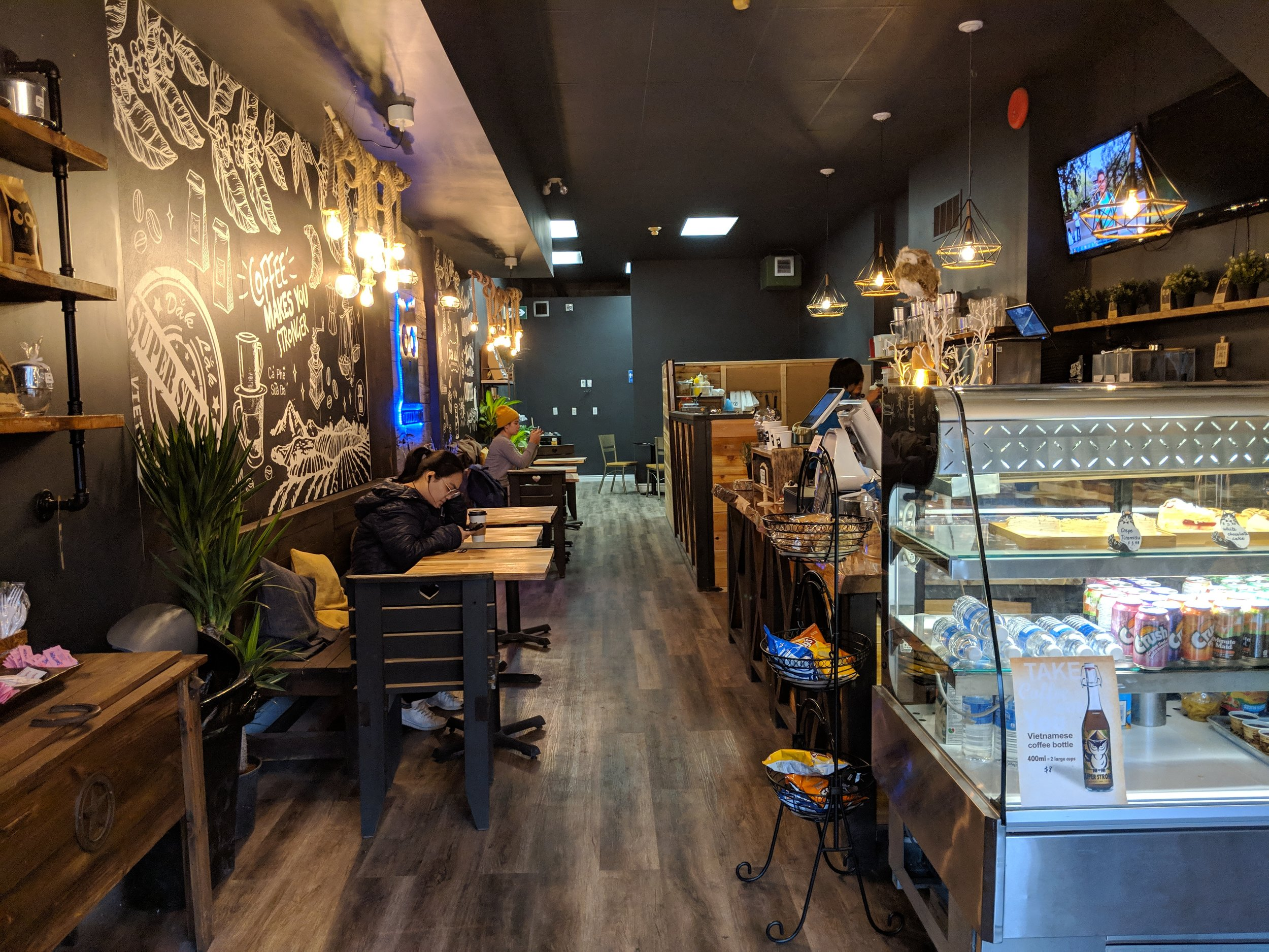 Picture of the one level interior of Coffee Dak Lak with the service counter