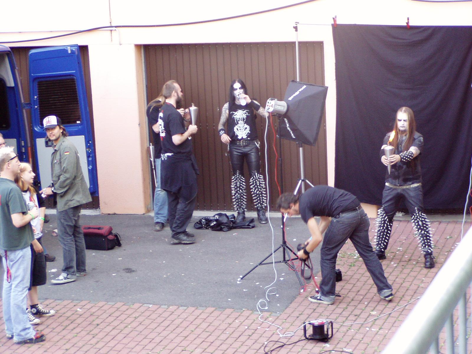 Dimmu Borgir posen backstage beim Earthshaker 2005