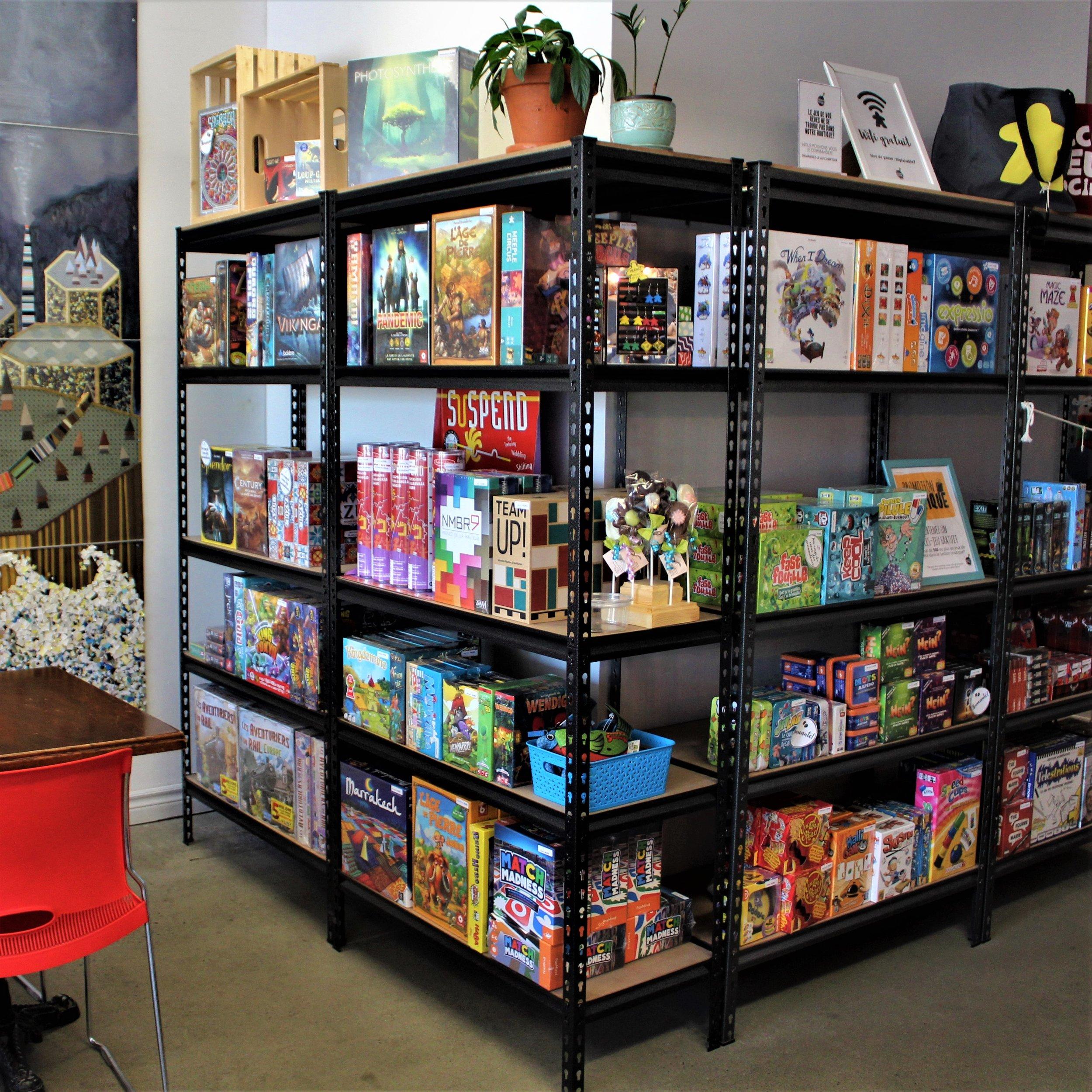 SectionBOUTIQUE - Pour poursuivre le plaisir en dehors des heures d'ouverture du café, notre section boutique vous permet d'acheter le jeu de vos rêves sur place et de le rapporter fièrement à la maison.