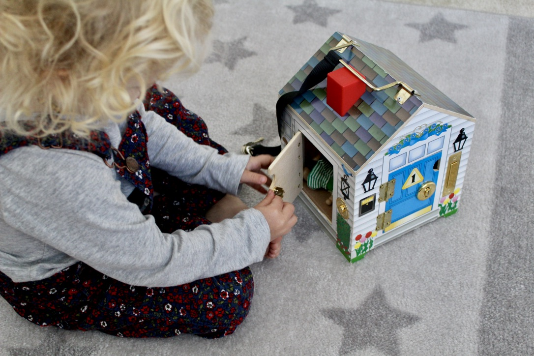 TODDLER TOYS / MELISSA AND DOUG DOORBELL HOUSE / NICOLEMCARUSO.COM