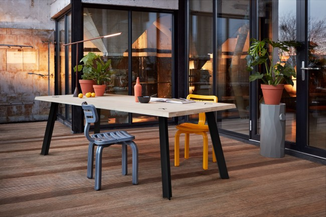 For the new Dutch brand Tablooo, Studio Mieke Meijer desiged a table. The table consists of a four cm thick solid wood top supported by T-shaped metal legs. The legs both angled in x and y-axis create a self-supporting structure resulting in a beautiful detail visible on the table top. The table is available in various materials and colours.