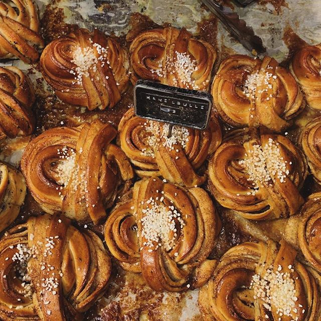 • kanelbulle from fabrique • . . . . . #bakery #fabrique #stockholm #sweden #dessert #sweets #breakfastofchampions #cinnamonbuns #kanelbullar #travel #wanderlust #passionpassport #girlscatchflightsnotfeelings #scandinavia #fabrique