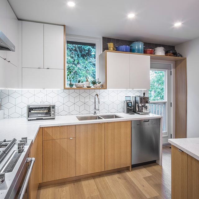 A super fun yet simple and functional kitchen we built for @plantarchitectinc last year. There was so much millwork in this place, we just got the pictures so I'll post throughout the week. #custominteriors #customcabinets #customkitchen #kitchen #kitchendesign #interiordesign #architecture #millwork #madeincanada #woodstudio #customkitchentoronto #toronto #torontokitchencabinets #custommillwork #interiors #whiteoak #cc40