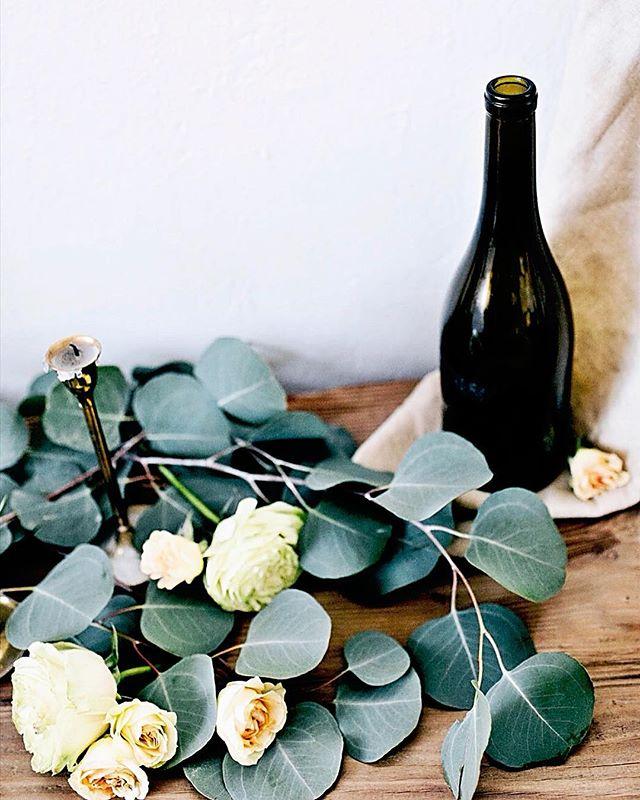 Simple yet elegant ✨ . . . #wine #wedding #smalldetails #perfect #greenery #roses #elegant #simple #bride #groom #weddingweekend #desertwedding #weddingsinaz #love #phoenixwedding #azweddingplanner #azeventplanner