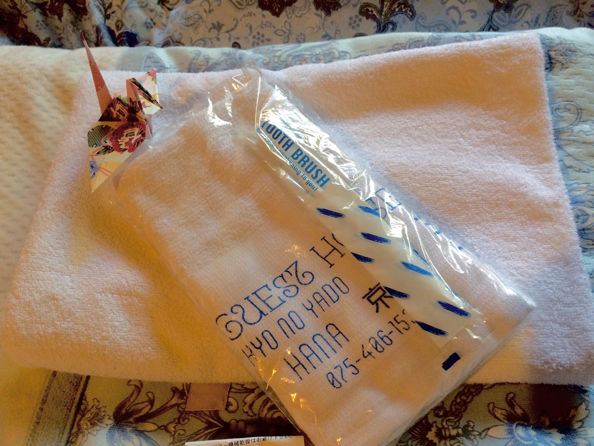 アメニティーを追加いたしました。連泊のお客様は、追加分のご用意をさせていただきます。   ・bath towel バスタオル    ・FACE towel  フェイスタオル(お持ち帰りくださいませ)    ・TOOTH BRUSH 歯ブラシ