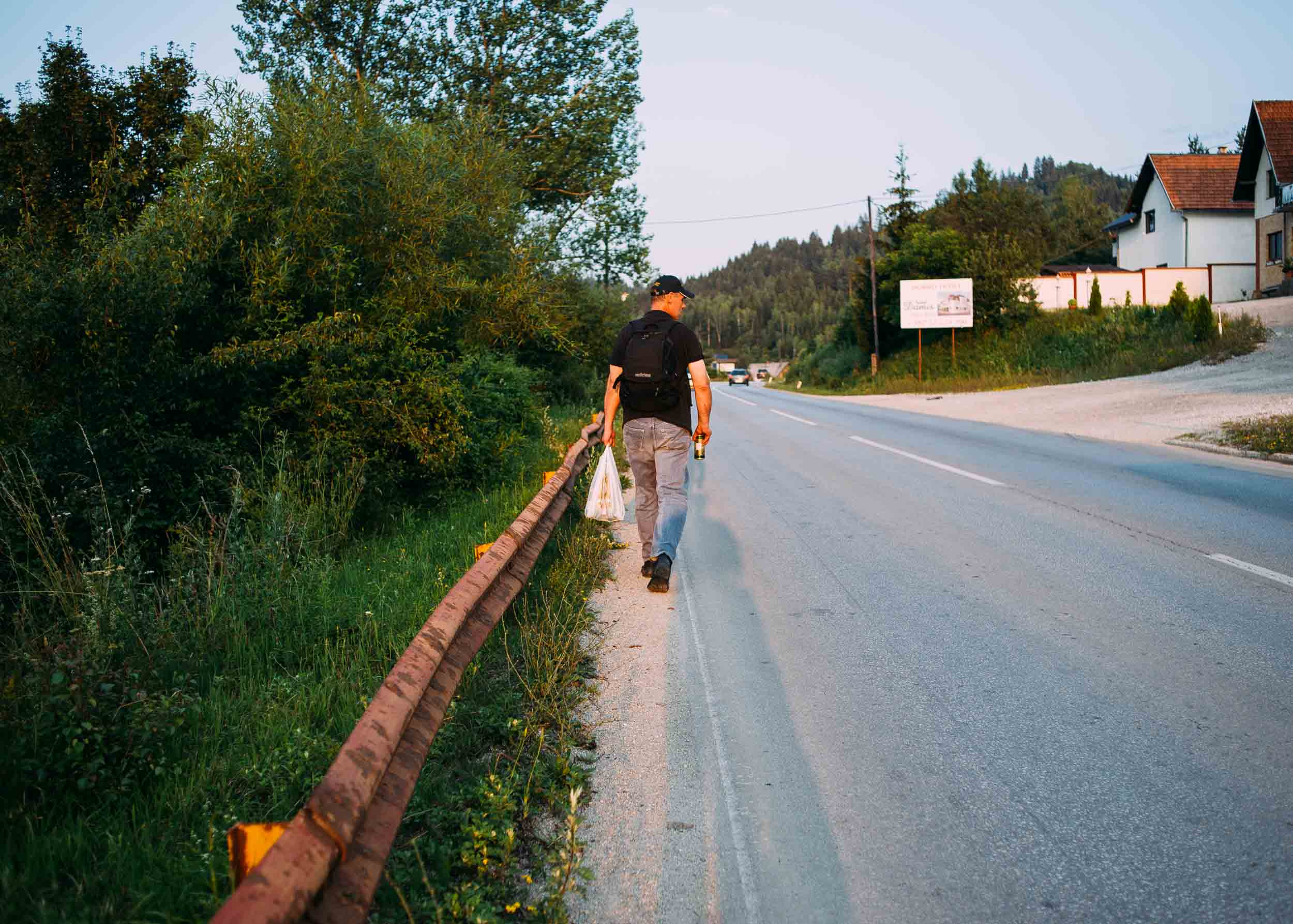 Walking the short distance from the bus stop to the house, Andrej constantly looks around him. He explains that the people there know that he is from Sarajevo and that in their former lives, they would have viewed each other as enemies.