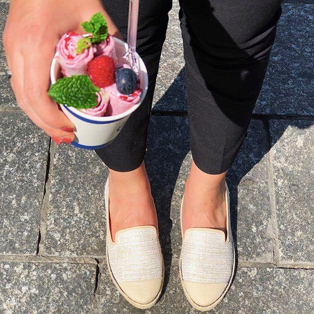 ☀️Il fait beau et on fête ça avec @angarde ! 😎 On vous fait gagner une paire d'espadrilles SS19 et des glaces pour 2 pour tous les week-ends du mois de juin ! 1. Suivez les 2 comptes : @angarde et @iceroll 2. Identifiez la seule personne avec qui vous seriez prêts à partager votre glace . Résultat lundi 20 mai ☘️ Si vous êtes trop impatients, on vous attend demain avec soleil & bonne humeur au 16 rue des Petits carreaux ! #iceroll #angarde #eatwithstyle #summervibes