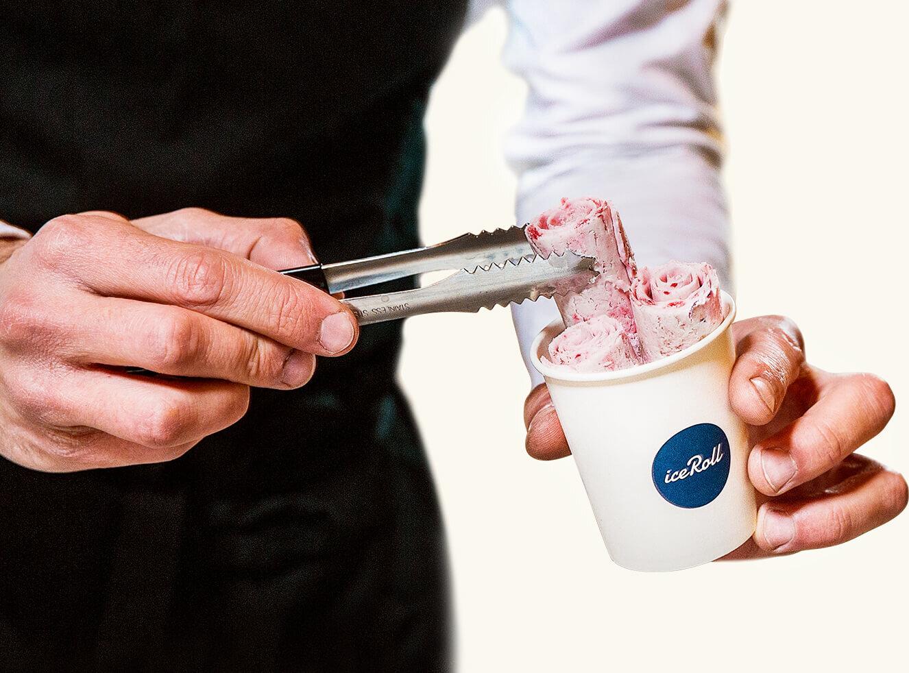 L'expérience iceRoll - Suscitez l'émerveillement lors de votre événement en proposant à vos invités un véritable live-show culinaire. Sur une plaque à -30°, les iceRollers travaillent la glace et les fruits frais. Rapides et précis, ils créent de parfaits rouleaux à déguster instantanément.