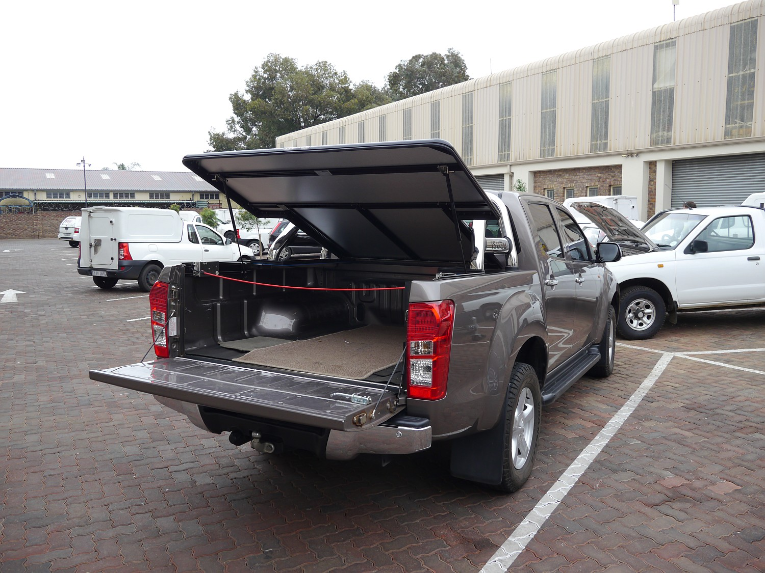 Rigidek Laderaumabdeckung - Isuzu D-Max - Double Cab mit Sports Bar 1003.JPG