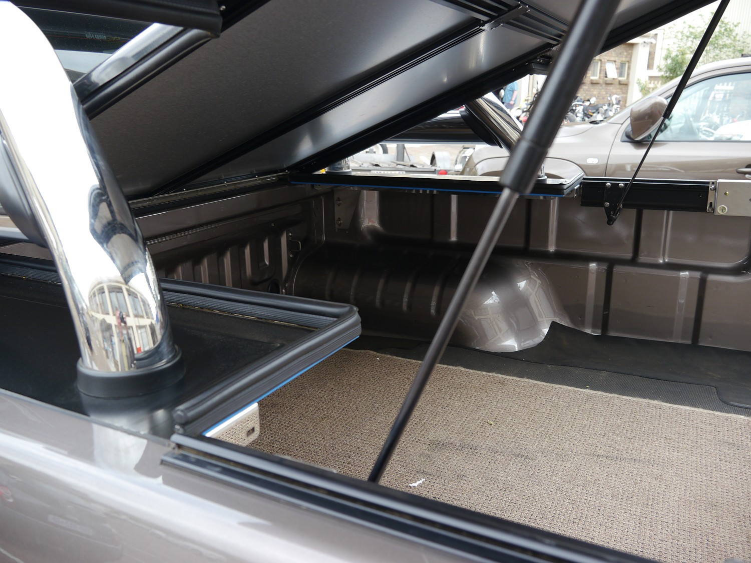 Rigidek Laderaumabdeckung - Isuzu D-Max - Double Cab mit Sports Bar 1005.JPG