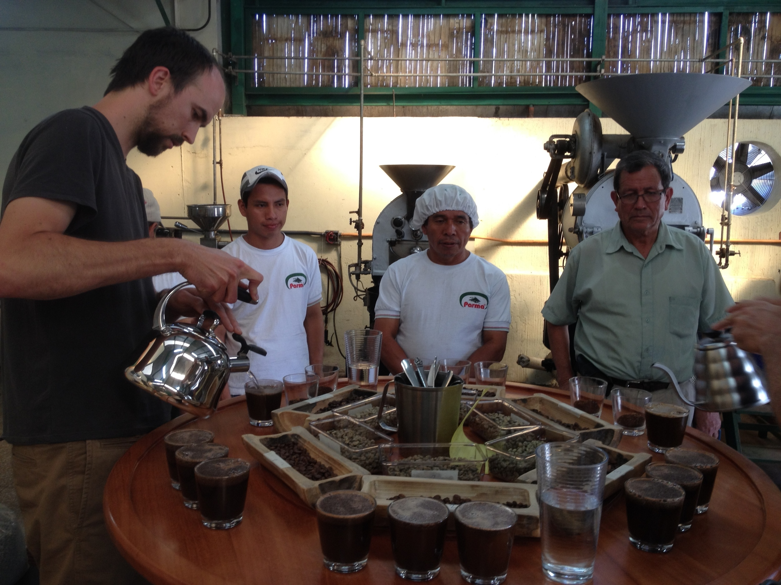 Deeper Roots' Les Stoneham cupping with the team at Finca San Jeronimo Miramar