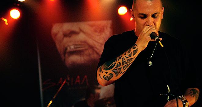 En 2007,   Samian   lance son premier album, Face à soi-même . Il devient, par le fait même, un porte-parole pour les Premières Nations.   Écoutez   une chanson.