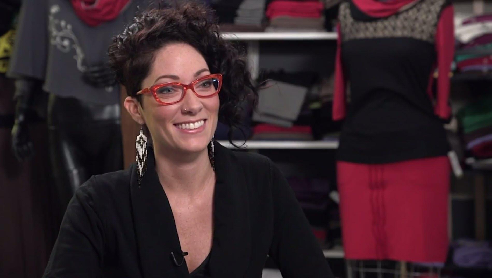 Andréanne Dandeneau   dessine. Elle coupe et elle coud. Elle crée des vêtements classiques, confortables, écologiques. Tout cela avec une touche autochtone.