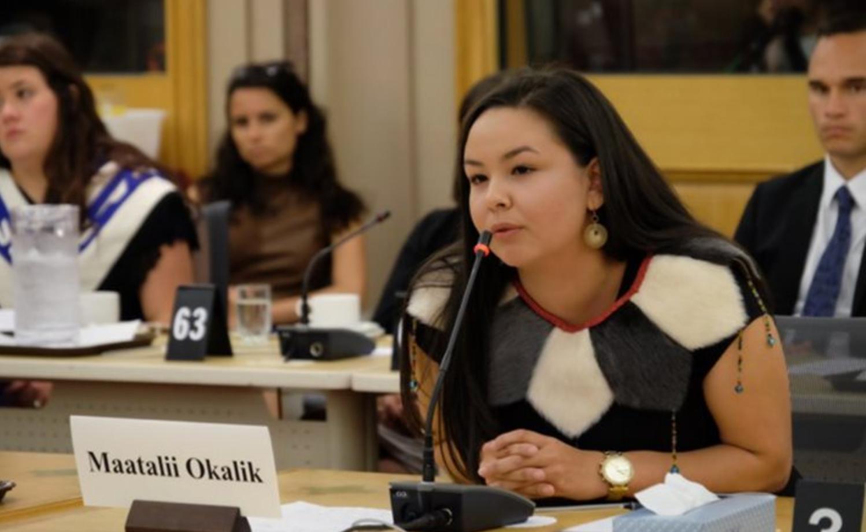 les  membres du  Comité sénatorial des Peuples autochtones ont invité 12   jeunes leaders   autochtones des quatre coins du Canada à venir célébrer la Journée nationale des Autochtones.