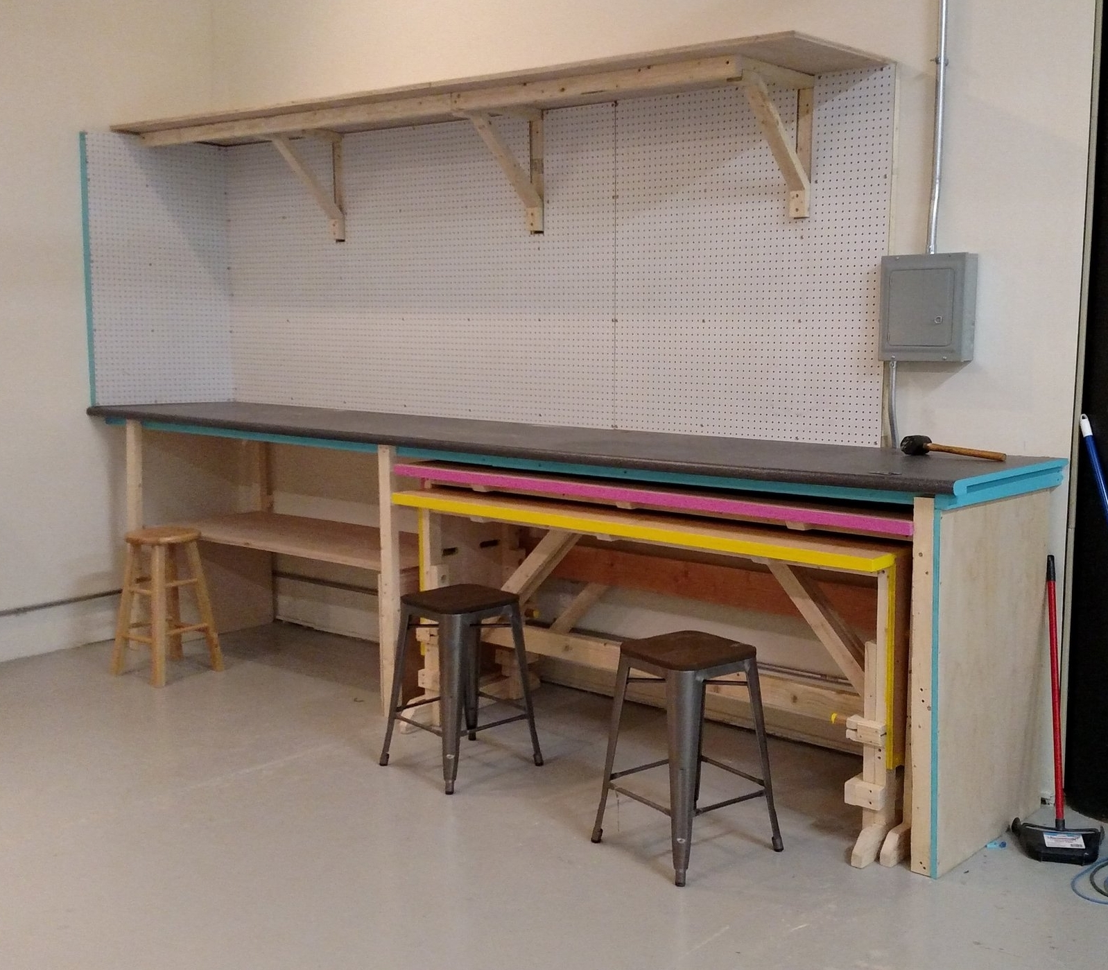 A custom work station built for the clients, 3D printing company. The space is intended to be highly flexible, with two custom-designed pull-out work benches and flexible storage space on the walls.