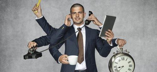 En la multitarea cooperativa, mantiene la sonrisa tonta en su rostro y cambia cuando lo desea. En la multitarea preventiva, no puede pasar demasiado tiempo en el teléfono celular o la mano con el libro lo abofetea.